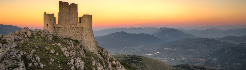 Paesaggio al tramonto sulle montagne abruzzesi e la Rocca Calascio