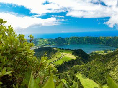 Vista su un lago vulcanico delle Azzorre